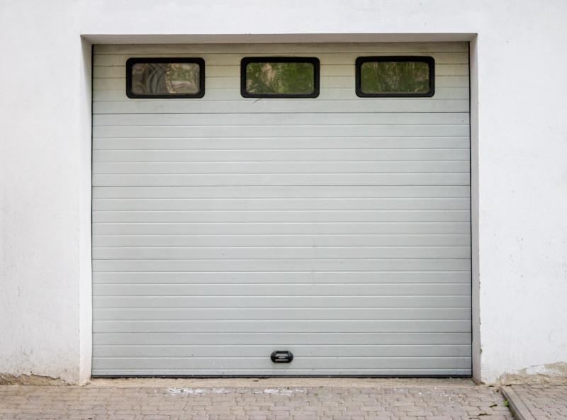 Garage med putsfasad